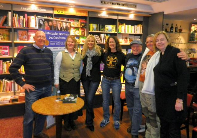 Von Links nach rechts: Ulf Schiewe, Eva-Ruth Landys, Caren Benedikt, Silvia Stolzenburg, Elmar & Iny Lorentz, Micaela Jary /Foto: