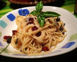Spaghetti mit getrocknen Tomaten und Kürbiskernen